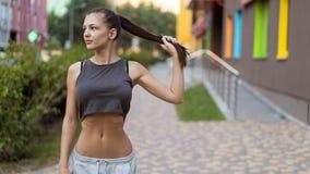 年轻女性半身画象有黑色头发的 库存照片