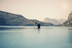 年轻女性在湖的水中意大利山背景的在南提洛尔 库存照片
