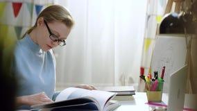 年轻女性怪杰审查与图片的一本书 影视素材