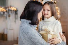 年轻女性拥抱她的小孩,给礼物, congratul 库存照片