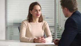 年轻女性求职者谈的握手hr得到聘用 股票录像