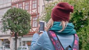年轻女性游人拍在德国城市的历史的部分的智能手机视域的照片 慢动作,特写镜头 股票视频