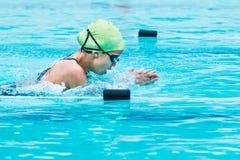 年轻女性游泳者在呼吸冲程赛跑并且上升由猫决定 免版税库存图片