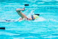 年轻女性游泳者在自由式冲程赛跑并且转向catc 库存图片