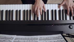 年轻女性的弹大平台钢琴的钢琴演奏家手 影视素材