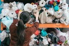 年轻女性衣物制造商后面看法照片  免版税库存照片