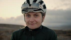 年轻女性路骑自行车者微笑和笑 股票视频
