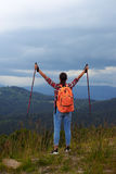 年轻女性远足者用杆被伸出的手 免版税库存照片