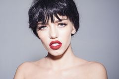 年轻女性,性感的红色嘴唇画象有黑突然移动发型的 有被隔绝的发光的光滑的短发的深色的女孩  库存照片