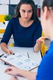 年轻女性colar微笑在会议期间在办公室会议室 背景黑色五颜六色的概念玩偶小组工作 免版税图库摄影