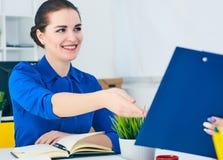 年轻女性colar微笑在会议期间在办公室会议室 背景黑色五颜六色的概念玩偶小组工作 图库摄影