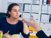 年轻女性colar微笑在会议期间在办公室会议室 背景黑色五颜六色的概念玩偶小组工作 库存照片