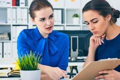 年轻女性colar微笑在会议期间在办公室会议室 背景黑色五颜六色的概念玩偶小组工作 免版税库存照片