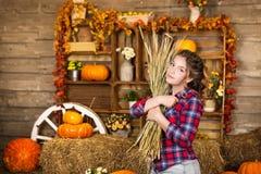 年轻好少年女孩在谷仓 库存照片