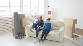 年轻妈妈和儿子移动向一栋新的公寓 影视素材