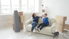 年轻妈妈和儿子移动向一栋新的公寓 股票视频