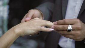年轻婚礼夫妇交换圆环在仪式靠近瀑布 股票录像