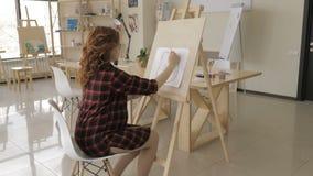 年轻孕妇图画绘画在艺术演播室,健康愉快的生活方式概念 股票视频