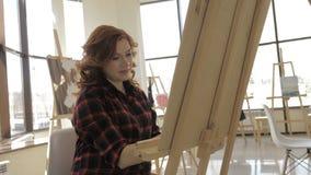 年轻孕妇图画绘画在艺术演播室,健康愉快的生活方式概念 影视素材