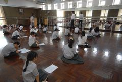 年轻学会怎么的学生和朋友对泰国舞蹈在学校 免版税图库摄影