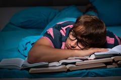 年轻学生在家为检查做准备在晚上 库存图片