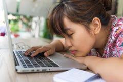 年轻学生女孩在膝上型计算机的休假 库存照片