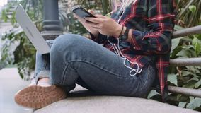 年轻学生或女商人研究膝上型计算机 股票视频