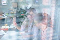 年轻学院在玻璃墙后的办公室 免版税库存照片