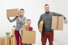 年轻家庭、人妇女和儿童儿子新的公寓的 装入纸板箱的手 有货物的箱子在a 库存照片