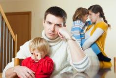 年轻家庭冲突 反对悲伤妇女的生气人 免版税库存照片