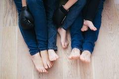 年轻家庭坐地板 库存图片