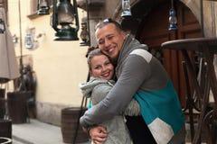 年轻家庭夫妇获得一个乐趣在老古色古香的城市街道上的会议上 享用在幸福的片刻的浪漫夫妇 免版税图库摄影