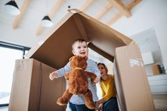 年轻家庭画象与小孩女孩的,移动新的家庭概念 免版税库存照片