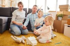 年轻家庭计划移动 免版税图库摄影