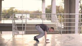 年轻小流氓streetstyle人使burpee crossfit锻炼室外在体育场入口台阶  体育运动 影视素材