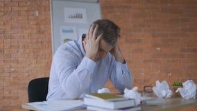 年轻工人是非常疲乏和劳累过度由于选址在桌4K上的紧张和压力企业任务 股票录像