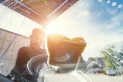 年轻工人清洁在洗车的汽车挡风玻璃 海绵 库存图片