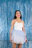 年轻巴西妇女微笑 作为的一位舞蹈家打扮的妇女 免版税图库摄影