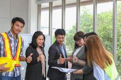 年轻建筑队在工作 办公室工作者观察文件在候选会议地点 工程师和研究项目的企业队在 库存图片