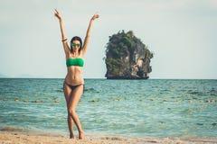 年轻式样妇女,培养她的胳膊Railay海滩,普遍的旅行目的地在Krabi,泰国附近 免版税库存图片