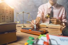 年轻律师帮助他的关于购买新的家庭税和贷款c的顾客 免版税库存照片