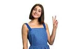 年轻微笑的妇女,白色背景画象  免版税库存图片