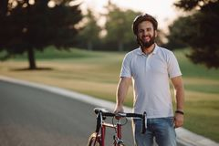 年轻微笑的骑自行车者画象  免版税库存图片