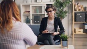 年轻心理学家讲话与问肥胖的患者问题在办公室 影视素材