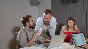 年轻快乐的人在现代公司中聊天在业务会议上 股票录像