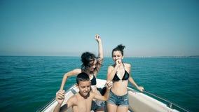 年轻快乐的人民获得乐趣在小船 股票视频