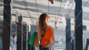 年轻快乐的女孩shopaholic摆在与购物带来 影视素材