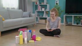 年轻快乐的妇女完成清洗客厅 股票视频
