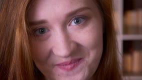 年轻快乐的看照相机的红头发人白种人女生特写镜头画象微笑充满在的胆怯 股票视频