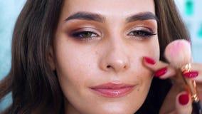 年轻性感妇女得到在面颊特写镜头脸红 股票录像
